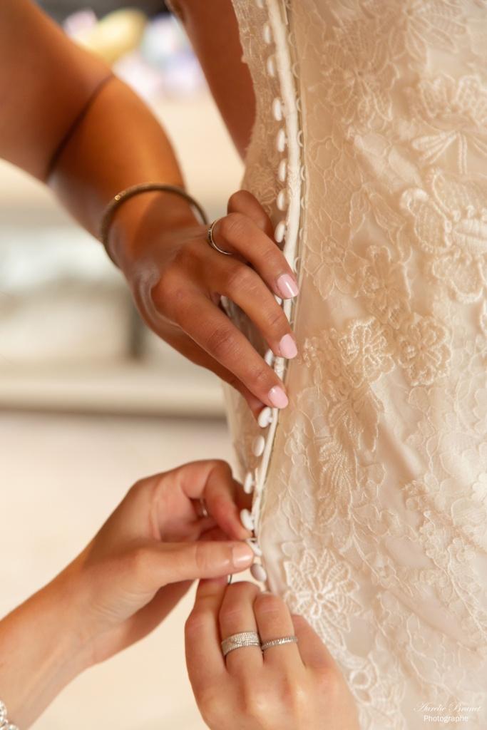 gros plan robe de mariee lors de l'habillage